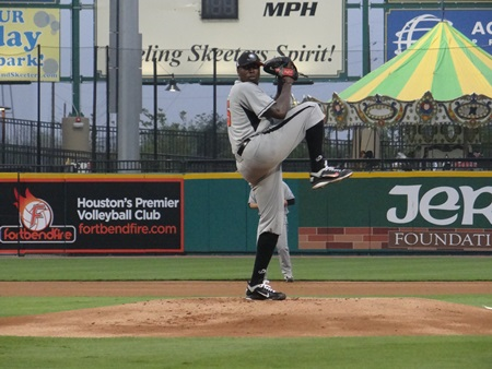 Dontrelle Pitching 4-16-13.jpg